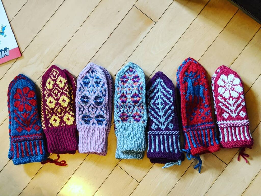 Mittens, Mittens, who has the mittens? My granddaughter! She received these gorgeous mittens from her great aunt Joan @lovemombo , (my sister), in Tennessee. Gale was amazed and looked at