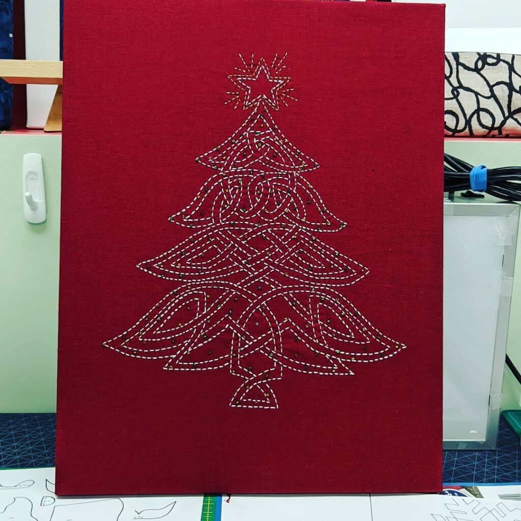 I embroidered two of these Celtic Christmas Trees as gifts for my sister @lovemombo and husband, in Tennessee and one for my brother and his wife, in Newfoundland. I enjoy