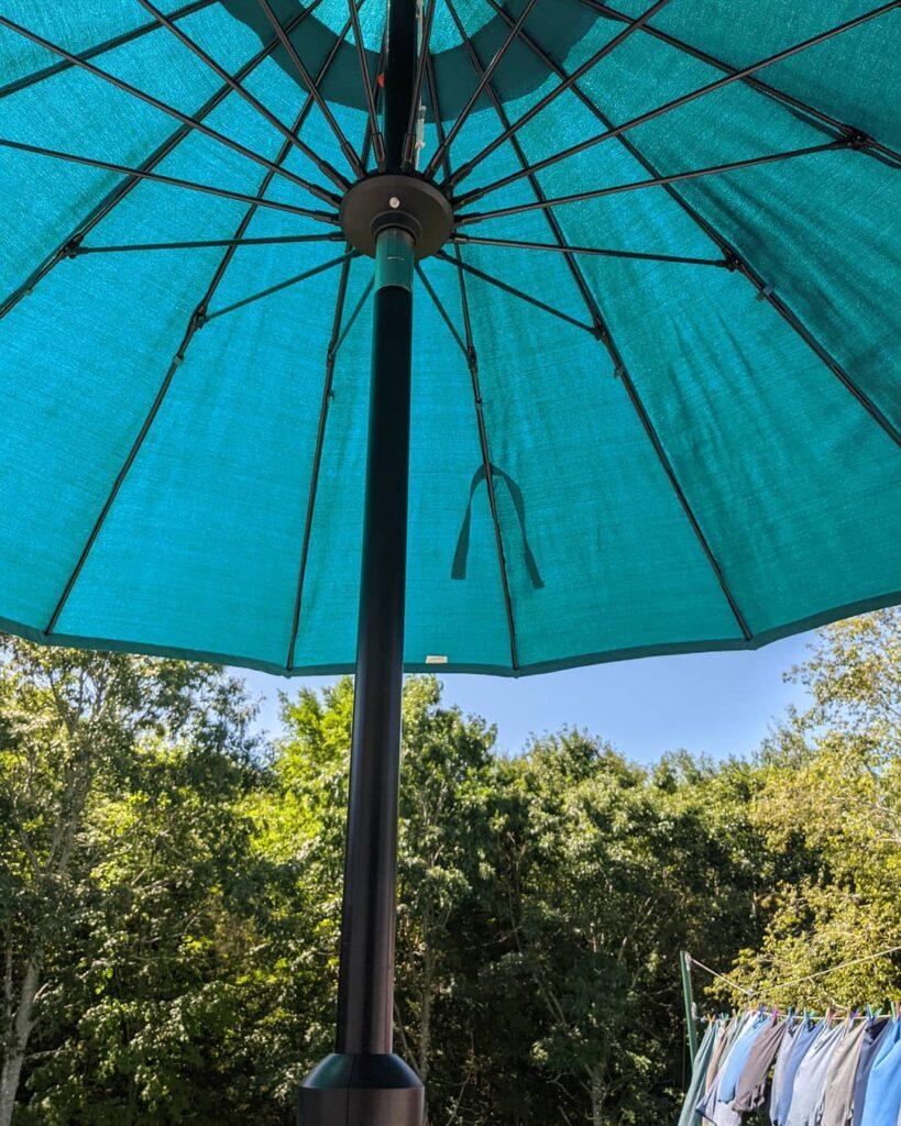 Having lunch under the umbrella! Thank goodness the heat warning has ended. #jctextileart #pinegrovenovascotia #undertheumbrella #lunchoutside #novascotia #bluesky #clothesline #sunnydays #happymonday
